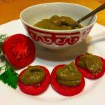 Нарезанные помидоры с соусом