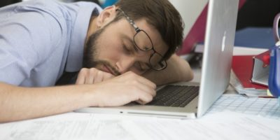 Мужчина уснул за ноутбуком
