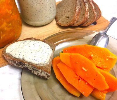 Тарелка с маринованной тыквой и бутербродом